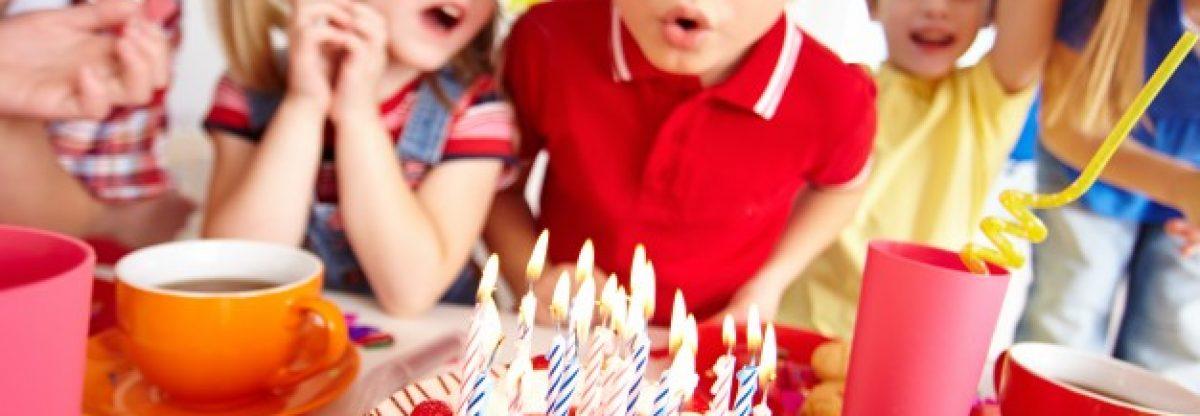 enfants-soufflant-des-bougies-sur-la-fete-d-39-anniversaire_1098-1342